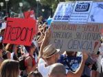 'No más vacunas' o 'No a los test PCR' fueron algunos de los mensajes que se pudieron leer este domingo en las pancartas de la manifestación negacionista.