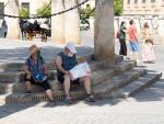 Unos turistas en los alrededores de la Catedral de Sevilla