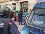 Miembros de la PAH concentrados ante la vivienda de la calle Aragó de Barcelona donde residían las familias desahuciadas.