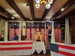 Biden y Trump se reparten victorias en los dos primeros pueblos en desvelar resultados electorales. En la imagen, un votante deposita su papeleta en Dixville Notch, New Hampshire (EE UU).