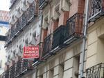 Una inmobiliaria anuncia un piso en alquiler en Madrid.