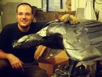 El escultor granadino José Miguel Pino junto a su galardonada obra 'Chrysaetos'.