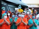 Un grupo de sanitarios aplauden a las ocho de la tarde frente al hospital.