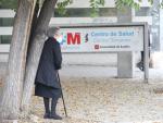 Una anciana espera en las inmediaciones del Centro de Salud Doctor Tamames, en la zona básica de salud de Doctor Mamames, en Coslada.