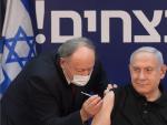 El primer ministro israelí, Benjamin Netanyahu, durante la administración de la vacuna contra la Covid-19.