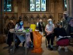 Una mujer recibe la vacuna contra la Covid-19 en la catedral de Lichfield (Reino Unido).