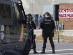 Policías nacionales acceden al centro de vacunación habilitado en los Bermejales, donde recibirán la primera dosis de la vacuna Astrazeneca contra la Covid-19. En Sevilla (Andalucía, España), a 03 de marzo de 2021.