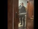 Captura del vídeo en el que agentes de Policía entran por la fuerza en una vivienda.