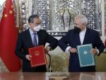 Los ministros de Exteriores de Irán y China tras rubricar el acuerdo en Teherán.