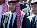 Desde la izquierda, el príncipe Hamzah bin Husein y su hermastro, el rey Abdalá II de Jordania