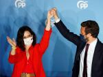 El presidente del PP, Pablo Casado, levanta la mano de la gran ganadora del 4-M, Isabel Díaz Ayuso.