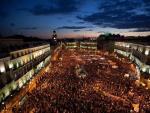 Vista general de la concentración a la que asisten un gran número de jóvenes en la Puerta del Sol de Madrid