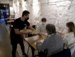 A Coruña.- Covid-19 Personas cenando en un restaurante de A Coruña después de que la Xunta de Galicia retrasara el toque de queda hasta las 23:00 horas y permitiendo solo a los restaurantes en funcionamiento hasta las