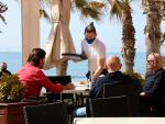 Un camarero en un restaurante de Sitges.