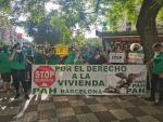 Miembros de la PAH en la plaza de Sants de Barcelona para protestar por el caso del hombre que se suicidó el lunes cuando iba a ser desahuciado.