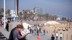 La playa ha sido el desahogo de muchos barceloneses este domingo, día de Todos los Santos.