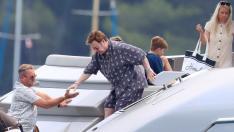 El cantante Elton John a bordo de un yate en Cannes.