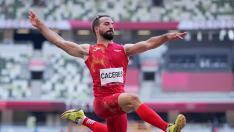 Eusebio Cáceres en la final de salto de longitud