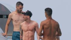 Messi, Suárez y Fábregas en un barco de Ibiza