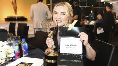 Kate Winslet posa con su premio Emmy