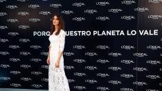 Sara Carbonero de blanco en un evento