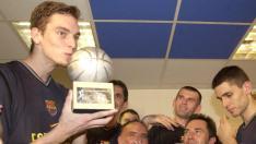 Besando el trofeo MVP