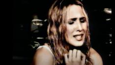 Malú en el videoclip de 'Aprendiz' (1998)