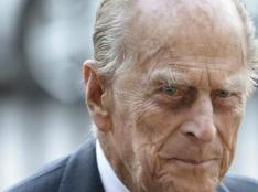 """El Palacio de Buckingham acaba de informar mediante un comunicado que el príncipe Felipe, esposo de la reina Isabel II, ha fallecido este viernes a los 99 años.  """"Con profundo dolor, Su Majestad la reina anuncia el fallecimiento de su amado esposo, Su Alteza Real el príncipe Felipe, duque de Edimburgo"""", ha comunicado la casa real británica en sus canales oficiales. """"Su Alteza Real ha fallecido en paz esta mañana en el Castillo de Windsor"""".  """"Se harán más anuncios a su debido tiempo"""", han añadido en el comunicado. """"La Familia Real se une a la gente de todo el mundo en el duelo por su pérdida""""  El príncipe Felipe estuvo casado con Isabel II durante más de 70 años, convirtiéndose así en el consorte más longevo de la historia de la monarquía británica. Junto a ella tuvo cuatro hijos: Carlos, príncipe de Gales y heredero al trono; Ana, princesa real; Andrés, duque de York; y Eduardo, conde de Wessex.  A mediados de febrero, el príncipe Felipe llegó al hospital después de una indisposición de la que no trascendieron detalles, solo que no se trataba de Covid. La casa real informó de que fue operado de un problema cardíaco preexistente y, tras 28 días ingresado, recibió el alta."""