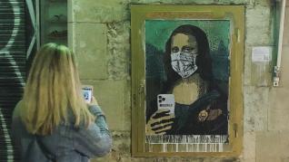 El artista TVBoy pinta a la Gioconda con mascarilla en el Mobile de Barcelona