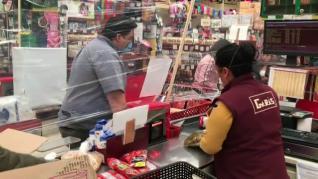 Un supermercado de México instala barreras de film transparente para frenar el coronavirus