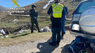 Un hombre acampa en su coche en Picos de Europa y dice a los agentes que lleva allí desde febrero