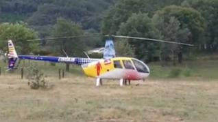 Mercedes Milá pilla a Jesús Calleja orinando detrás de su helicóptero