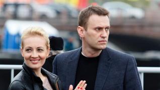 El entorno de Navalni sugiere que fue envenenado con una botella en la habitación de su hotel  
