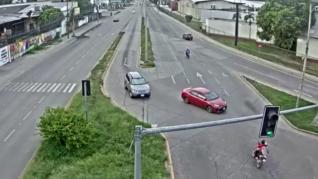 Tres miembros de una familia salen por los aires al chocar brutalmente su moto contra un coche