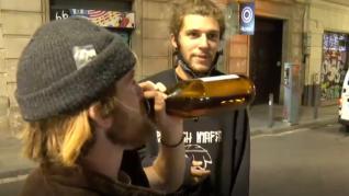 Turistas bebiendo alcohol, sin mascarillas, en Barcelona.