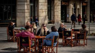 Prohibir fumar en las terrazas: rechazo rotundo de Ayuso y dudas en Cataluña