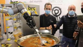 Presentan un robot capaz de cocinar una paella (y las redes echan fuego)