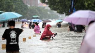 Las torrenciales lluvias en China dejan al menos 25 muertos y sobrecogedoras imágenes de gente atrapada en el agua