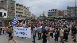 """Miles de personas se echan a las calles en Grecia contra la vacuna obligatoria: """"No a la dictadura sanitaria"""""""