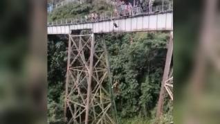 Una mujer muere tras saltar al vacío por error en un 'bungee' antes de ser atada