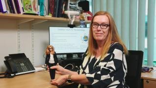 La investigadora británica Sarah Gilbert y la muñeca Barbie en su honor