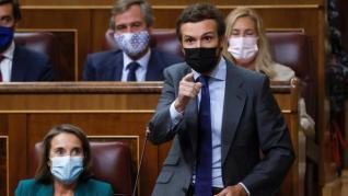 """Casado acusa a Sánchez de negociar con """"quienes jalean a los terroristas"""" y este le pide """"arrimar el hombro"""""""
