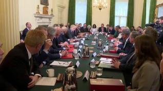 Apretujados y sin mascarilla: Johnson presenta su gabinete en una sala donde no se cumplen sus recomendaciones