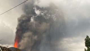 Vista del volcán en erupción de La Palma desde la 'zona de exclusión'.