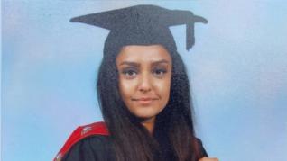 Cordón policial y flores en homenaje a Sabina Nessa, la profesora asesinada en Londres