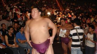 El gran Hakuho, el luchador de sumo con más trofeos, anuncia su retirada