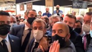 Un joven lanza un huevo a Macron durante la feria gastronómica de Lyon