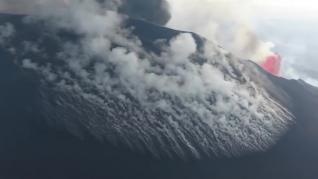 Así son las fumarolas que han aparecido esta noche en el volcán de La Palma