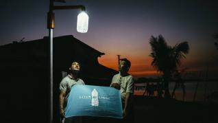 'Litro de luz', las botellas de agua que iluminan de esperanza las zonas del mundo con mayor pobreza energética