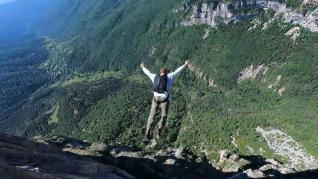 Impactante salto de un acantilado a 500 metros de altura